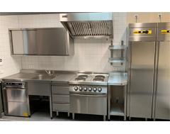 Cafeteria Küche mit Zanussi Geschirrspülmaschine und Elektro-Herd sowie NordCap Edelstahl Kühlschränke